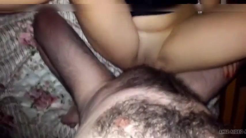 Jolie brune prend du sperme plein la chatte